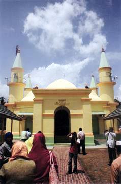 masjid-sultan-riau-penyengat-bulan-bintang-media.jpg